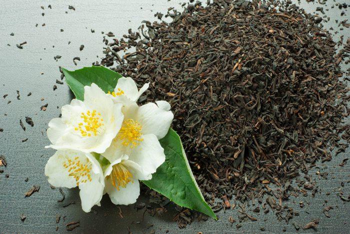 عکس از یکی از انواع گل یاس در کنار چای